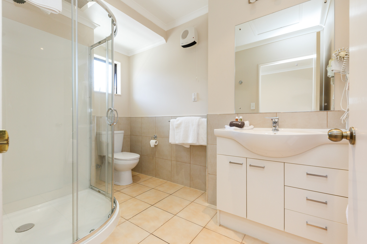 kauri_court_motel12_executive_studio_bathroom.jpg