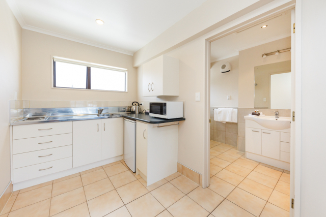 kauri_court_motel13_executive_studio_kitchen_bathroom.jpg